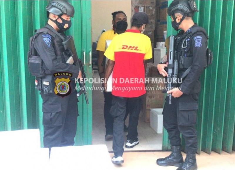 9 Box Vaksin Pfizer Tiba di Ambon, Dikawal Ketat Polda Maluku